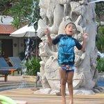 Keceriaan si kecil di kolam renang