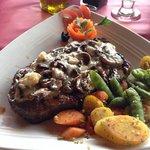 Steak w/ sautéed mushrooms and steamed veggies. Excellent!