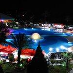 Petit marché de nuit autour de la piscine