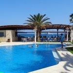 basen i bar przy plaży