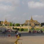 Королевский дворец недалеко от отеля