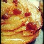 Tarta fina de hojaldre crujiente con manzana