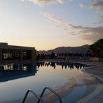 Zicht op Grand Hotel Holiday Resort bij zonsondergang