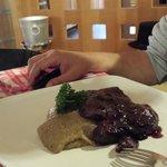 costoletta cervo glassata ai mirtilli con polenta