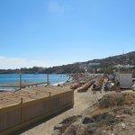 a barraca com cadeiras de praia