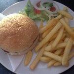 Cheeseburger, chips and salad €4'00