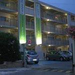 Fachada del hotel y Parking
