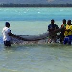 Pescadores autóctonos en la playa del hotel