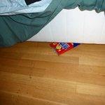 Un paquet de chips vide trouvé sous le lit