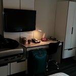 TV e minusculo armario
