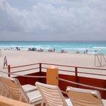Vista do deck e do campo de futebol de areia e praia em frente
