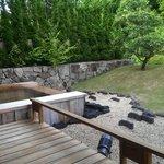 房間的泡湯池與庭園景觀