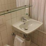 Einfaches Badezimmer, sauber