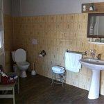 Salle de bains fonctionnelle et nickel.