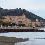 Il Borgo antico di Cerco visto dalla spiaggia