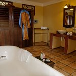 Palace Suite Sherali - Spacious Bathroom