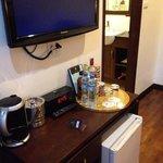 TV, 無料水ペットボトル、有料酒類