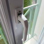 absences de cahe sur les poignées et gonds de fenêtres