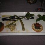 Mise en bouche avec tapenade, asperges, coeur d'artichaut et tomate et basilic, un régal!