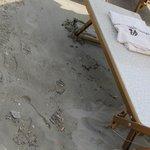 плохо убирают пляж, грязно