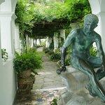 彫刻と藤棚のテラス