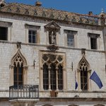 Видимо, ратуша или другой административный орган