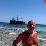 plage de Ayia Napa avec un bateau pirate