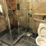 共用のシャワールーム(トイレ付きのブース)
