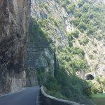 Reti di protezione poste lungo la strada tra Predore e Tavernola Bergamasca.