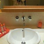 洗面所。綺麗で清潔。アメニティも揃っている。水はサービスでした。