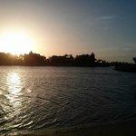Le long du lagon au lever du soleil