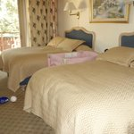 2 full size beds room