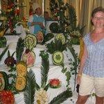 Повара делают красивые фигурки из овощей.