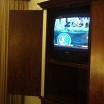 Mueble de TV y TV super antiguas.