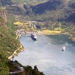 blick von oben auf den Geirangerfjord