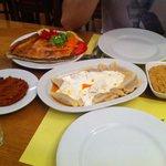 Délicieux!!! Raviolis, meat pastry, poulet-grenoble-ail, poivrons...