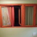 La finestra della camera che affaccia sul corridoio interno senza cancellate