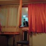 L'unica finestra della camera che affaccia, senza cancellate, sul corridoio interno