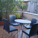 tavolo e sedie sulla terrazza