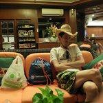 6 утра, ждем выезд на остров, в холле отеля