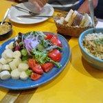 Refeição, baião de dois, salada, purê de inhame com queijo coalho e farofa de abobrinha