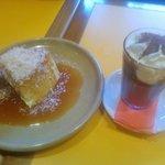 Pudim de tapioca com calda de coco queimado e mousse de chocolate amargo com cachaça
