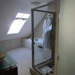 Bathroom with tub!!!