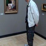 En bekndt ser på maleri