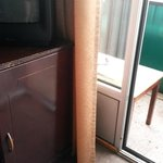 выход на балкон, телевизор, холодильник под ним