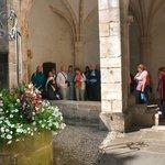 visite guidée de la cité médiévale en été avec notre guide en costume