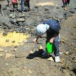 Bambini che scavano per cercare i minerali