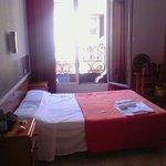 Camera matrimoniale 406 con vista sul Carrer d'Avinyo..
