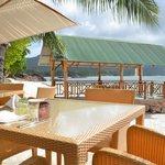 tables pour pdj et dîner dans le sable
