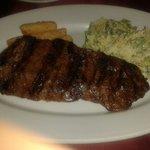 Beef de punta con ensalada cesar y yuca frita